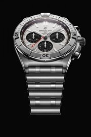 02_chronomat-b01-42-with-a-silver-dial-and-black-contrasting-chronograph-counters-2.jpg