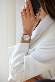 14_female-model-wearing-the-two-tone-navitimer-automatic-35-with-a-white-mother-of-pearl-dial-with-diamond-hour-markers-and-an-18-k-red-gold-bezel-1.jpg