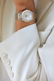 15_female-model-wearing-the-two-tone-navitimer-automatic-35-with-a-white-mother-of-pearl-dial-with-diamond-hour-markers-and-an-18-k-red-gold-bezel-1.jpg