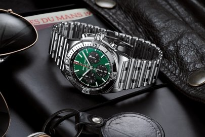 07_chronomat-b01-42-bentley-with-a-green-dial-and-black-contrasting-chronograph-counters.jpg