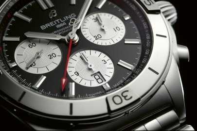 05_chronomat-b01-42-with-a-black-dial-and-silver-contrasting-chronograph-counters.jpg